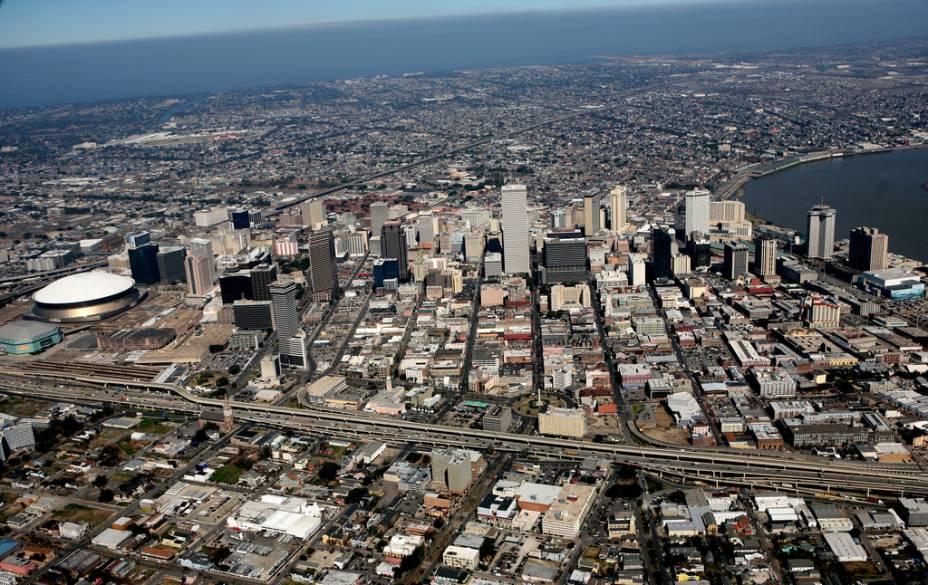 Vista aérea de Nova Orleans com o Super Dome à esquerda.  À direita, um ponto no Mississippi e abaixo do lago Ponchartrain