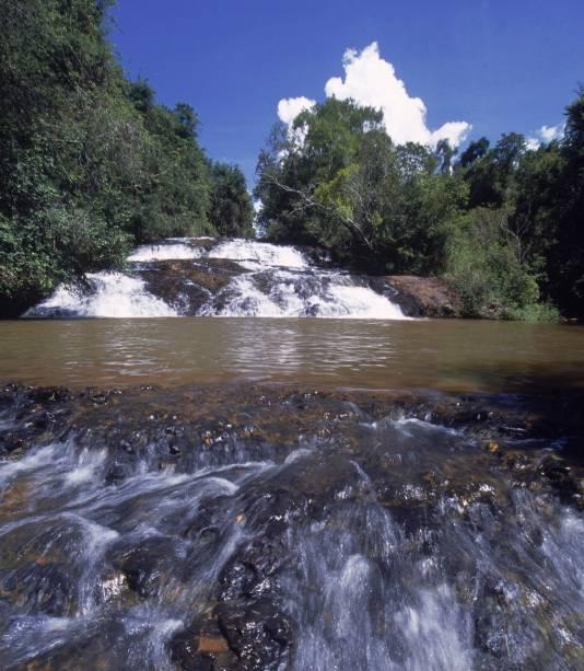 Quem tem filhos pode acessar a cachoeira pelo escorregador, o acesso é fácil e a água é excelente para o descanso