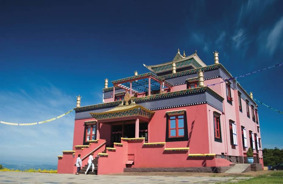 O Templo Khadro Ling no Centro Budista Chagdud Gonpa Brasil em Gramado, no Rio Grande do Sul, é um dos poucos estilos tibetanos do país