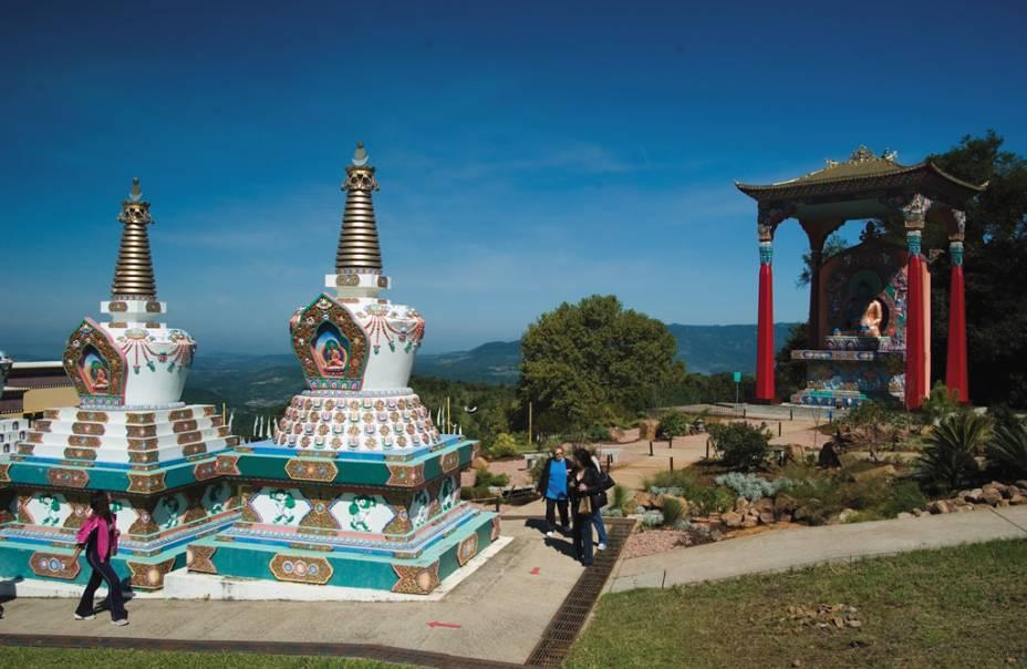 O templo Chagdud Gonpa Khadro Ling está localizado em uma colina e oferece uma bela vista panorâmica