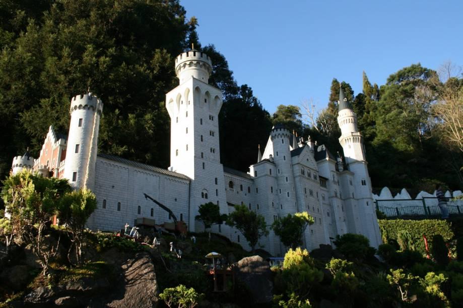 Miniatura do castelo alemão Neushwanstein em Füssen no mini mundo