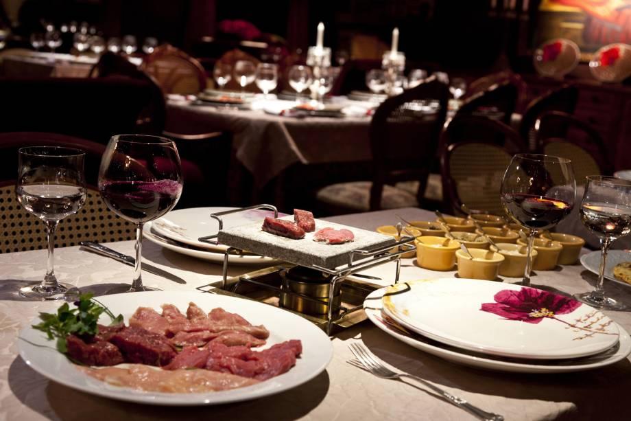 Fondue de carne de pedra vulcânica no restaurante Belle du Valais em Gramado (RS)