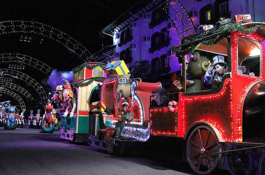 Trenzinho no grande desfile de natal em Natal Luz