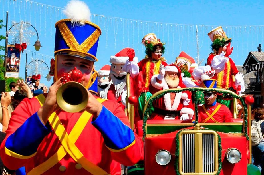 Desfiles de rua são uma das principais atrações do Natal Luz de Gramado (RS)