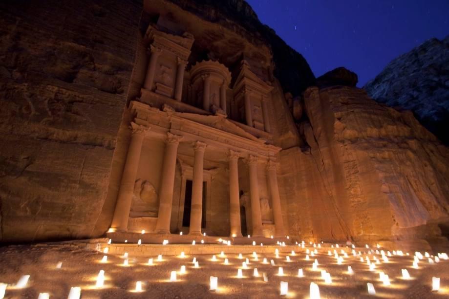 O Tesouro é o primeiro edifício visto na saída do desfiladeiro de Al-Siq.  O túmulo do rei Aretas IV já teve uma altura de 40 metros.  Foi o cenário para o filme Indiana Jones e a Última Cruzada.