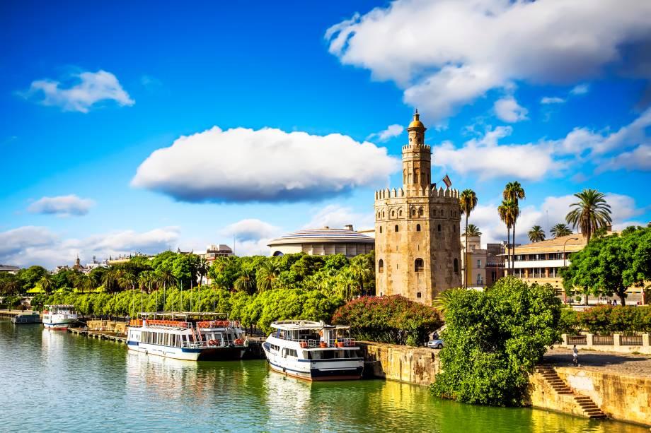 A Torre del Oro nas margens do Guadalquivir ao sol de verão na Andaluzia