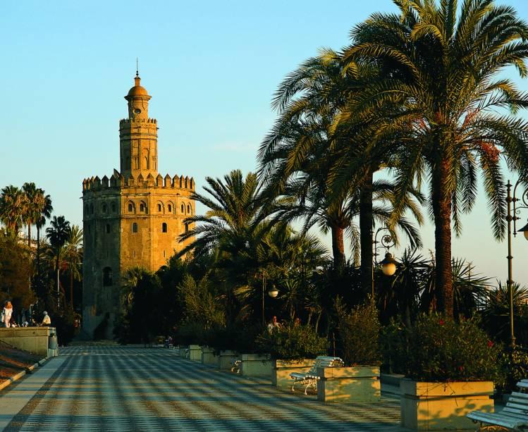 A Torre del Oro está localizada às margens do rio Guadalquivir e já fez parte das muralhas que protegiam a cidade