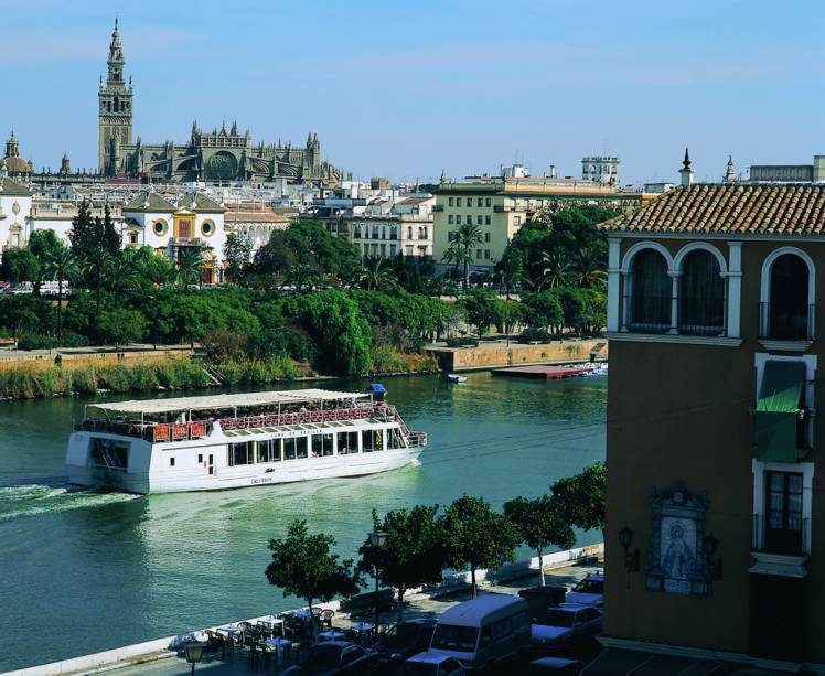 Vista do rio Guadalquivir e da Catedral de Sevilha ao fundo