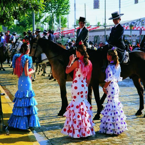 Sevilha é colorida e cheia de barracas com comidas típicas da Feira de Abril.  À noite, há shows de flamenco