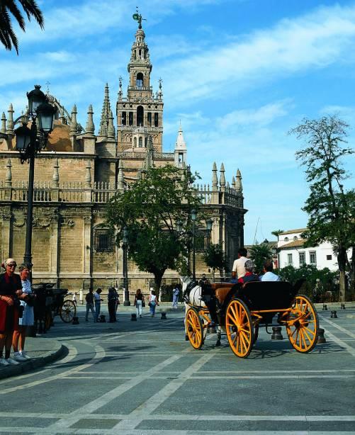 La Giralda, o minarete muçulmano da catedral, é o principal cartão postal de Sevilha, com mais de 900 anos