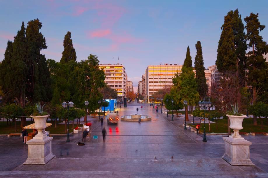 A Praça Syntagma é cercada por edifícios oficiais do governo e embaixadas e é palco de protestos populares, como costuma acontecer em Atenas.