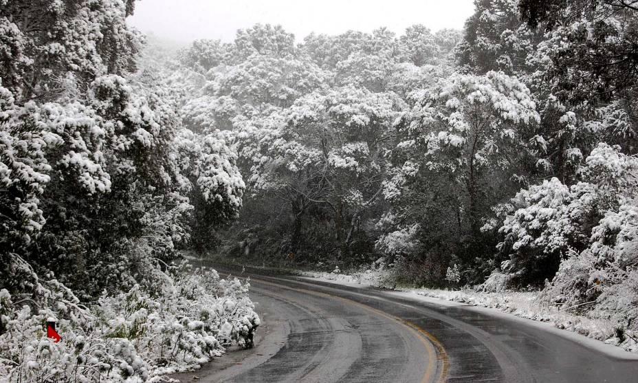 No inverno a neve se põe nas ruas de São Joaquim (SC)