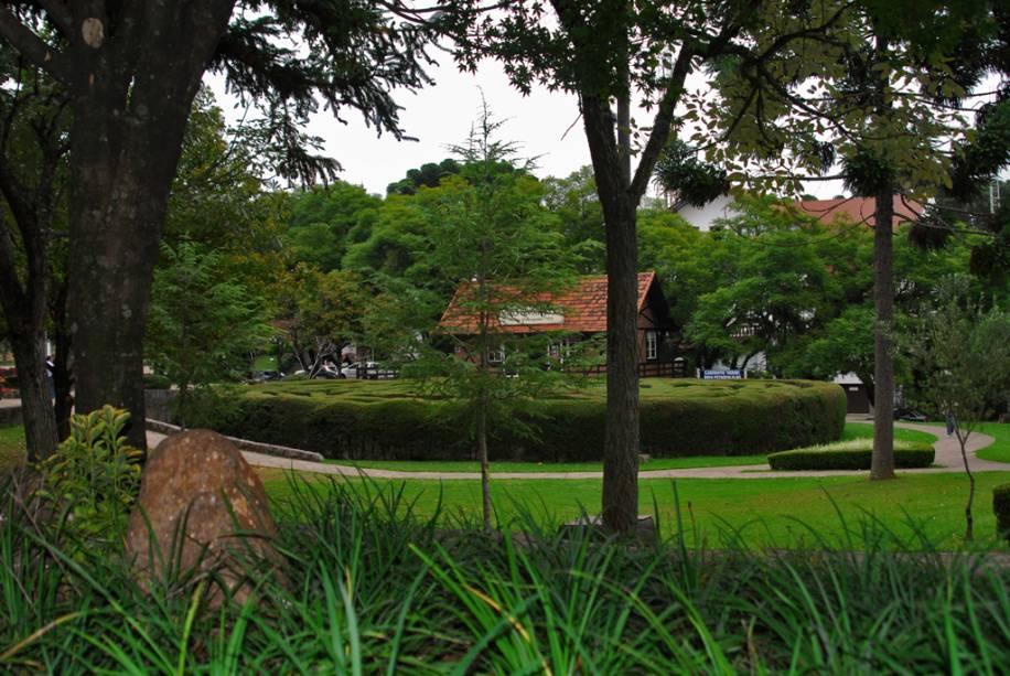O labirinto verde, constituído por arbustos de 2 m de altura, convida o visitante a encontrar o caminho de volta ao centro e a regressar à Praça das Flores