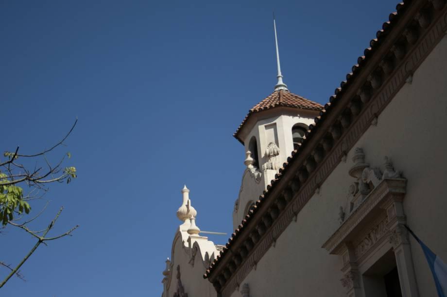 Pela cidade de Córdoba você pode ver uma universidade e várias escolas que criam uma atmosfera jovem em meio a um lugar que sabe como preservar seu clima interno.  As atrações também incluem edifícios jesuítas bem preservados e natureza incrível