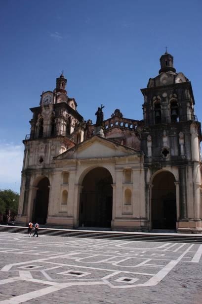 A Catedral de Córdoba, inaugurada no século 18, durou quase 200 anos.  O edifício é uma mistura de estilos: a fachada é neoclássica, a cúpula é românica e as torres são barrocas