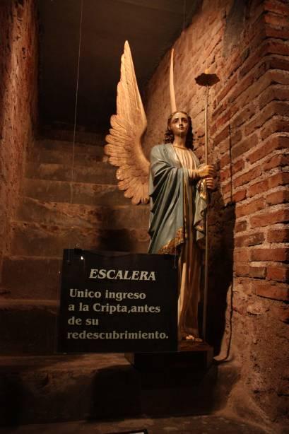A cripta jesuíta do século 18 foi descoberta por acaso em 1989. As paredes de pedra subterrâneas abrigam um museu com artefatos religiosos e estátuas
