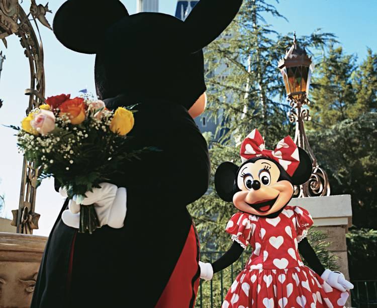 Mickey e Minnie no Magic Kingdom, o primeiro parque do complexo Disney, inaugurado em 1971