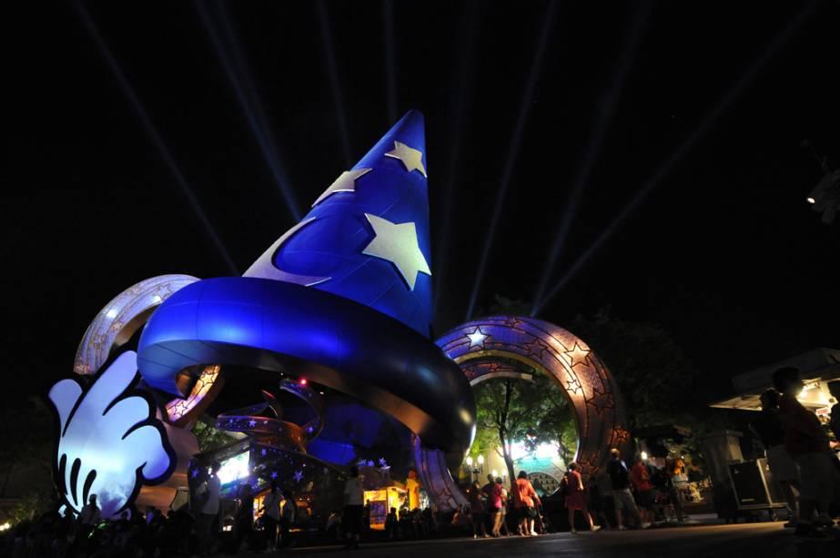 Chapéu iluminado do Mickey Mouse, símbolo do parque temático Disney's Hollywood Studios