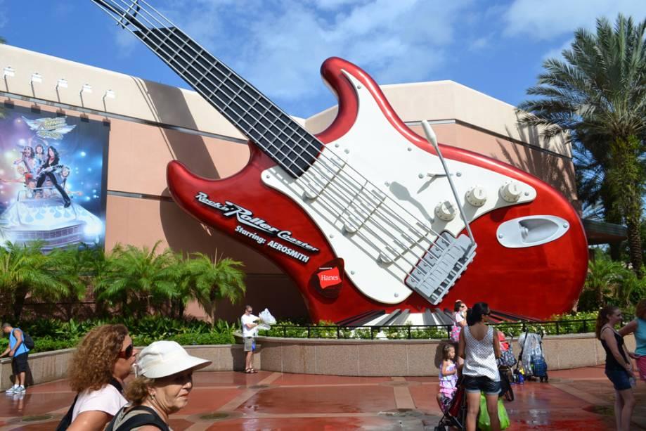 O curso Rockn Roller Coaster com o Aerosmith no Hollywood Studios é concluído no escuro e a velocidade do carro aumenta em 2,8 segundos de zero a 98 km / h