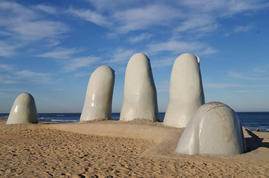 Uma das paisagens mais fotografadas de Punta del Este é a Playa Brava e sua escultura Los Dedos