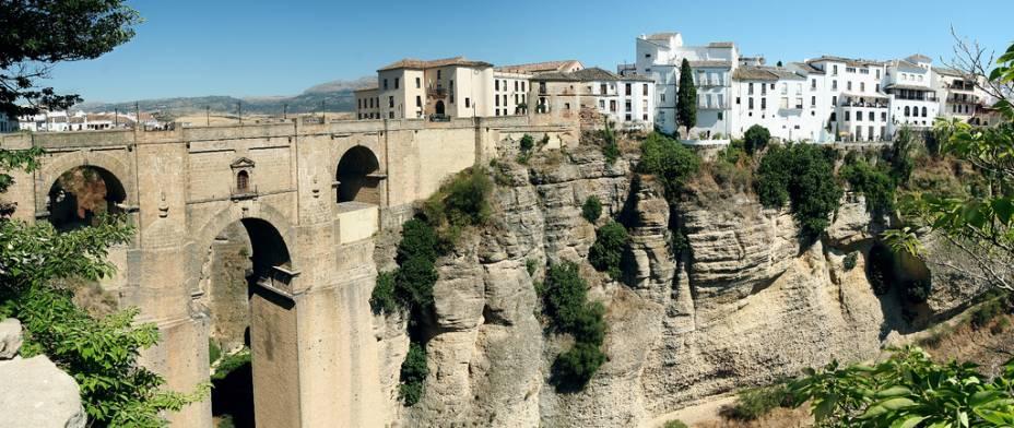Vista do centro histórico de Ronda com a nova ponte em primeiro plano