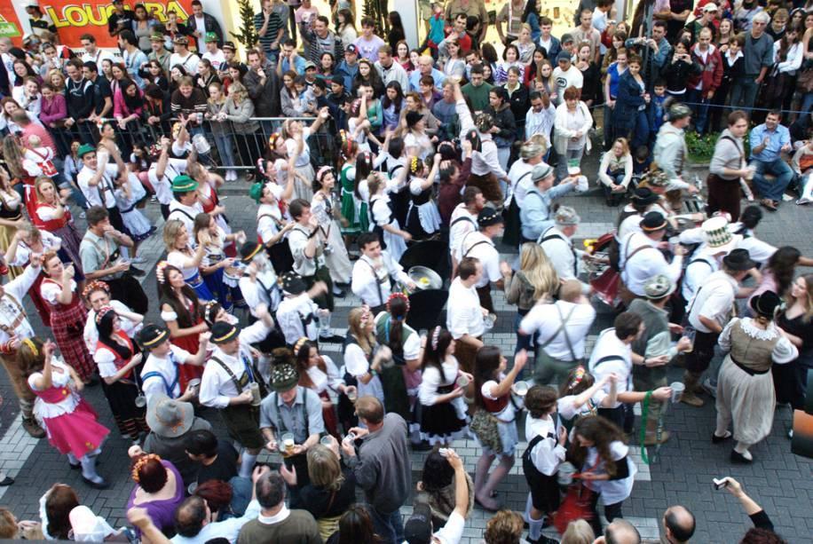 """PARA""""http://viajeaqui.abril.com.br/estabelecimentos/br-sc-blumenau-atracao-oktoberfest"""" rel =""""Oktoberfest"""" Objetivo =""""_vazio""""> Oktoberfest, o clima de carnaval com sotaque alemão transforma tudo isso""""http://viajeaqui.abril.com.br/cidades/br-sc-blumenau"""" rel =""""Blumenau (SC)"""" Objetivo =""""_vazio""""> Blumenau (SC) em outubro"""" class=""""lazyload"""" data-pin-nopin=""""true""""/></div> <p class="""