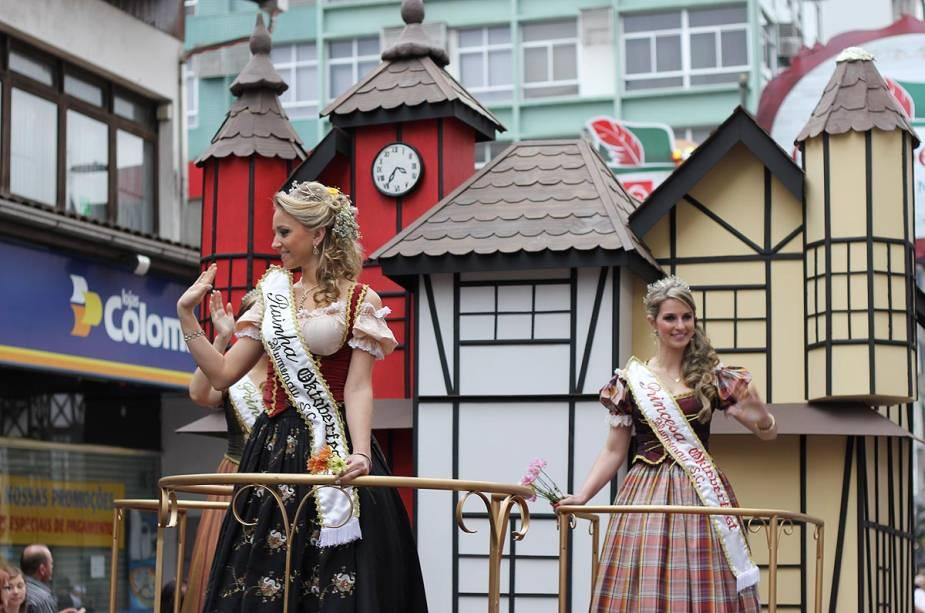 """Os desfiles dos carros alegóricos com as princesas e a rainha das festas fazem parte da programação do""""http://viajeaqui.abril.com.br/estabelecimentos/br-sc-blumenau-atracao-oktoberfest"""" rel =""""Oktoberfest"""" Objetivo =""""_vazio""""> Oktoberfest, em""""http://viajeaqui.abril.com.br/cidades/br-sc-blumenau"""" rel =""""Blumenau (SC)"""" Objetivo =""""_vazio""""> Blumenau"""" class=""""lazyload"""" data-pin-nopin=""""true""""/></div> <p class="""