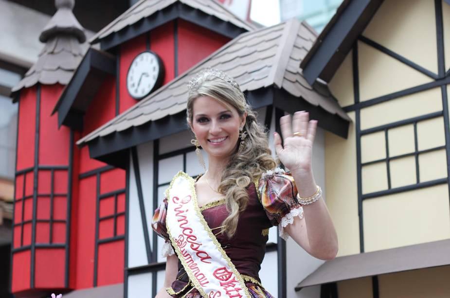 """Princesa""""http://viajeaqui.abril.com.br/estabelecimentos/br-sc-blumenau-atracao-oktoberfest"""" rel =""""Oktoberfest"""" Objetivo =""""_vazio""""> Oktoberfest 2011 atrai público durante desfile"""" class=""""lazyload"""" data-pin-nopin=""""true""""/></div> <p class="""
