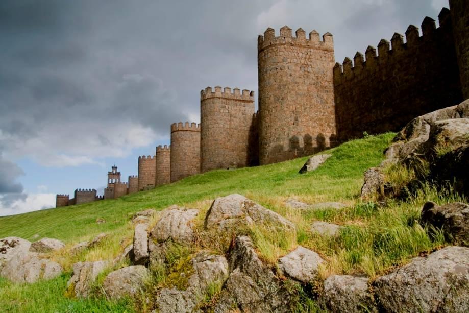 Fortificações impressionantes podem ser vistas em todo o interior da Espanha, tanto em castelos quanto em cidades muradas, como aqui em Ávila, cidade natal de Santa Tereza.