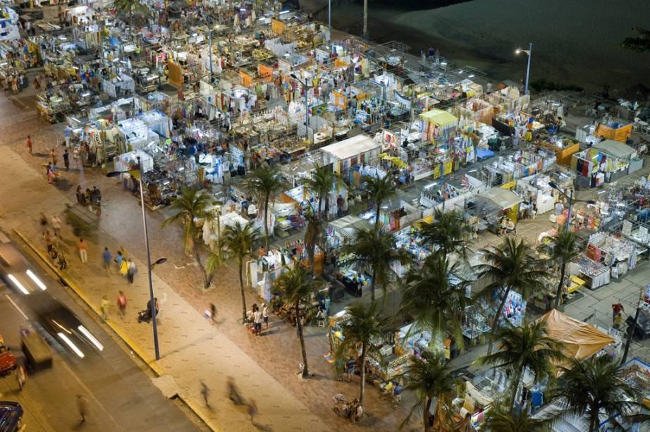 Renda, artesanato, castanhas e cachaças são alguns dos itens à venda durante a noite da feira.  As mais de 600 barracas cobrem a orla da Avenida Beira-Mar à Praia do Meireles
