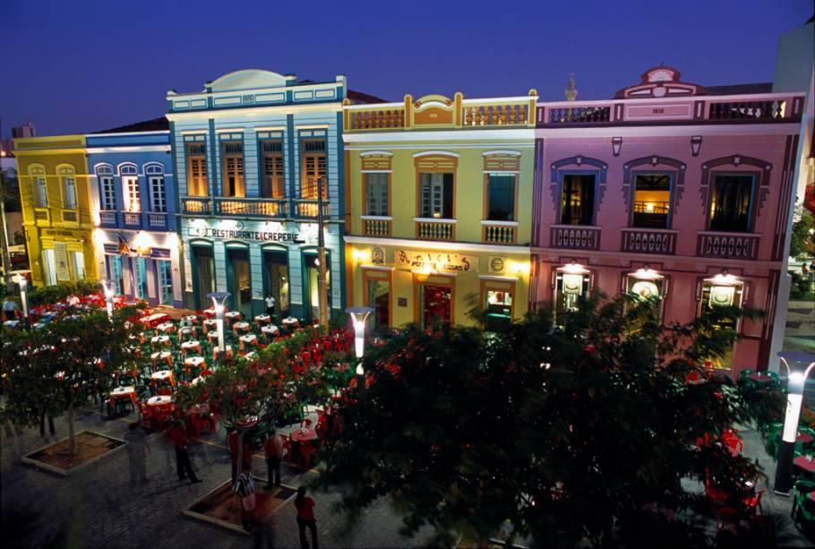 Os bares das vilas históricas da Rua Dragão do Mar atraem turistas à noite