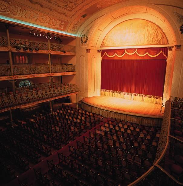 O local patrocina shows e apresentações teatrais
