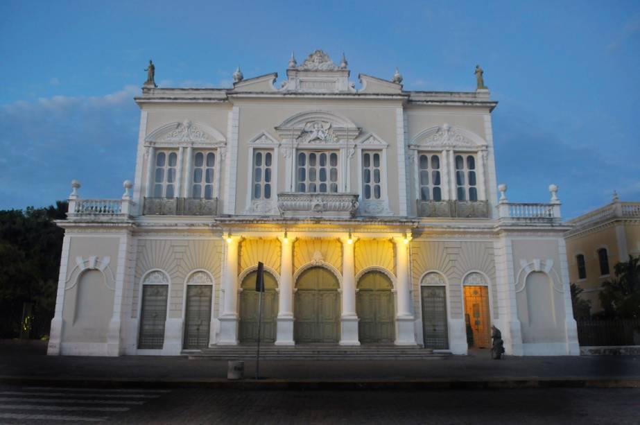 Os amantes de história e arquitetura podem visitar o Teatro José de Alencar para saber mais sobre a estrutura do prédio, que nasceu na Escócia em 1910.