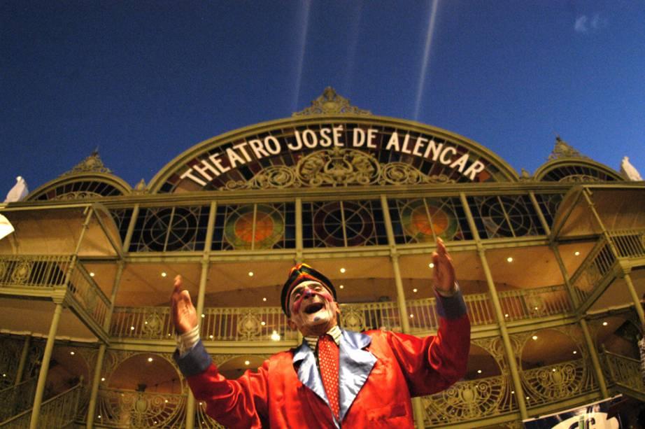 O cantor Franlin Dantas canta Ave Maria no pátio Art Nouveau do Teatro José de Alencar