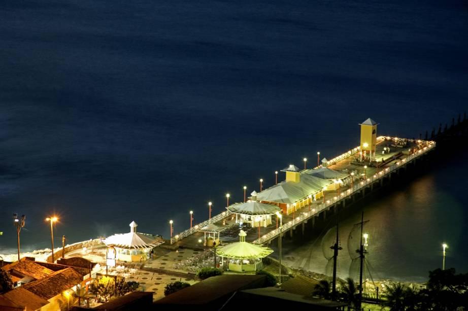 Conhecida popularmente como ponte metálica, a Ponte dos Ingleses é um local privilegiado para assistir ao pôr do sol na praia de Iracema.