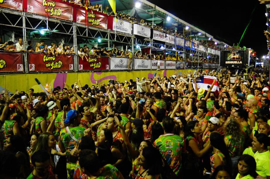 Festeiros aproveitam o Carnaval do Fortal fora de época em Fortaleza