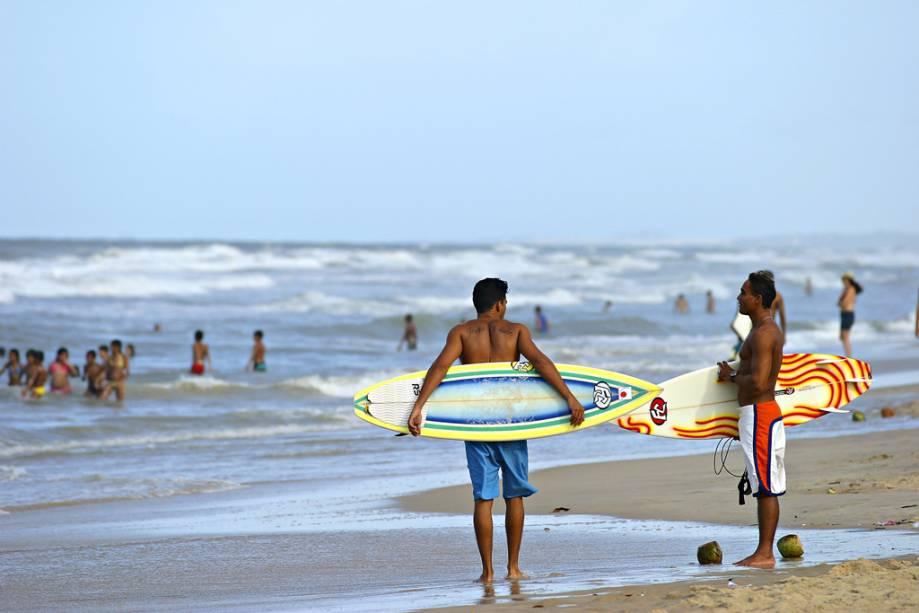 Quem gosta de surf pode se aventurar no mar na Praia do Futuro