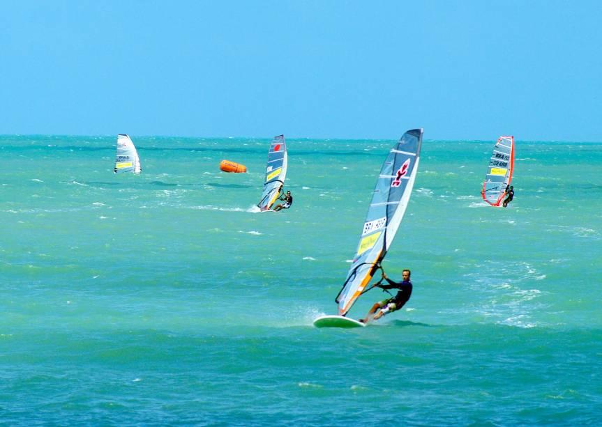Windsurfistas aproveitam os ventos generosos da cidade