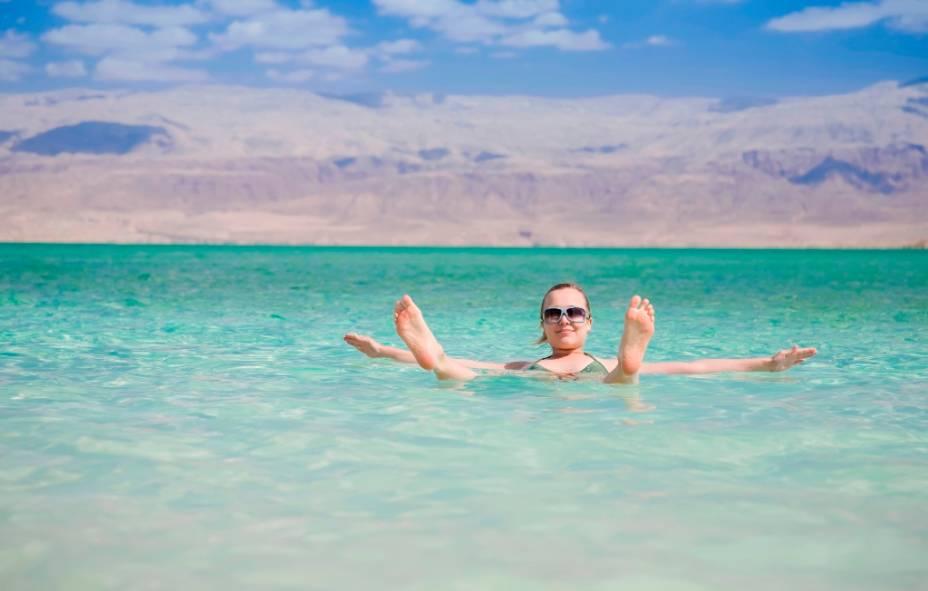 O Mar Morto, alimentado pelo rio Jordão, é o ponto mais baixo do planeta acima do nível do mar e seu alto teor de sal evita que as pessoas afundem na água.  No entanto, planos de manejo mal planejados para Israel e Jordânia estão na raiz de seu declínio contínuo.