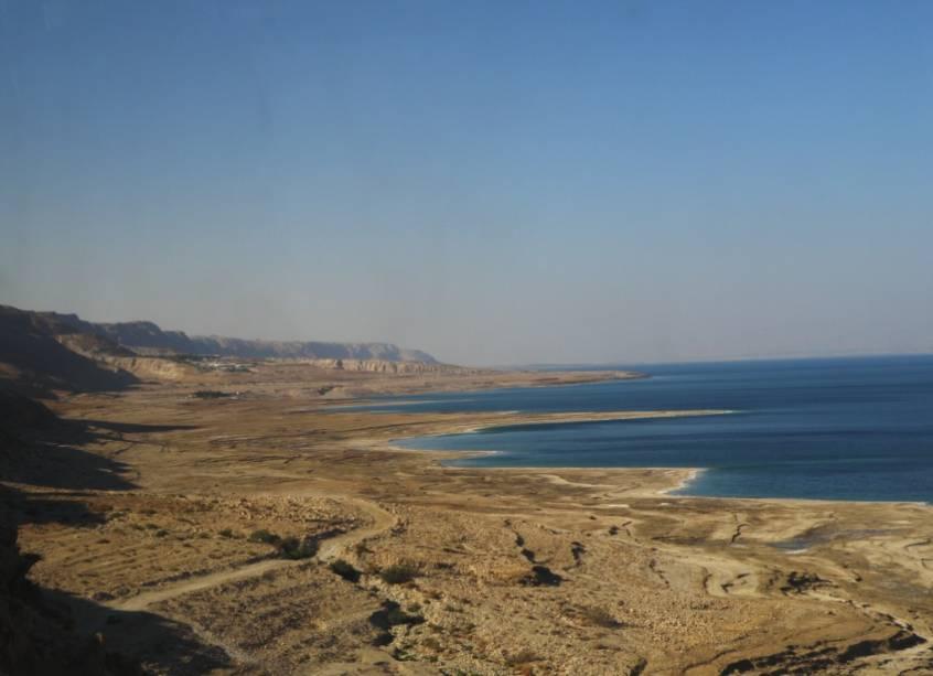 Vista do Mar Morto do lado israelense.  Este lago é tão salgado e sua água tão densa que os banhistas não podem afundar