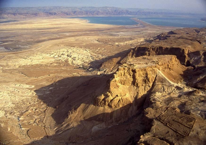 O Forte Massada, próximo ao Mar Morto, foi o local do histórico cerco romano de 72 DC e é um símbolo da resistência judaica a seus vários governantes.