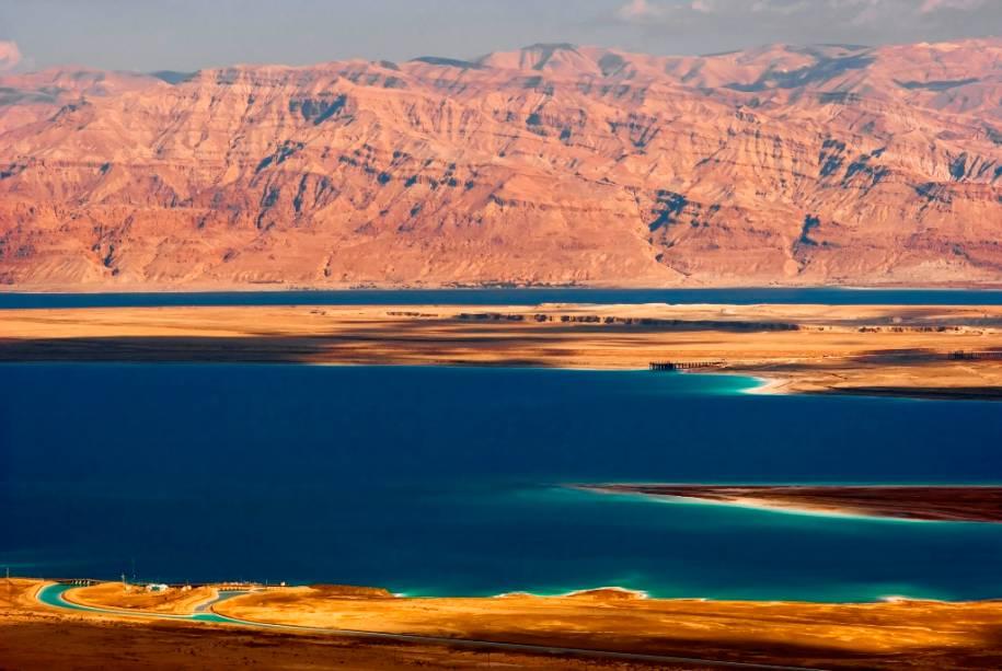 O Mar Morto entre Israel e Jordânia é a depressão terrestre mais profunda do planeta.  Planos de gestão mal elaborados para a Jordânia ajudaram a reduzir sua área