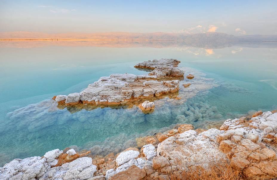 Apesar da aparência de uma lagoa, o Mar Morto tem dimensões continentais: tem 60 quilômetros de comprimento, 15 quilômetros de largura e 306 metros de profundidade em seu ponto mais profundo.