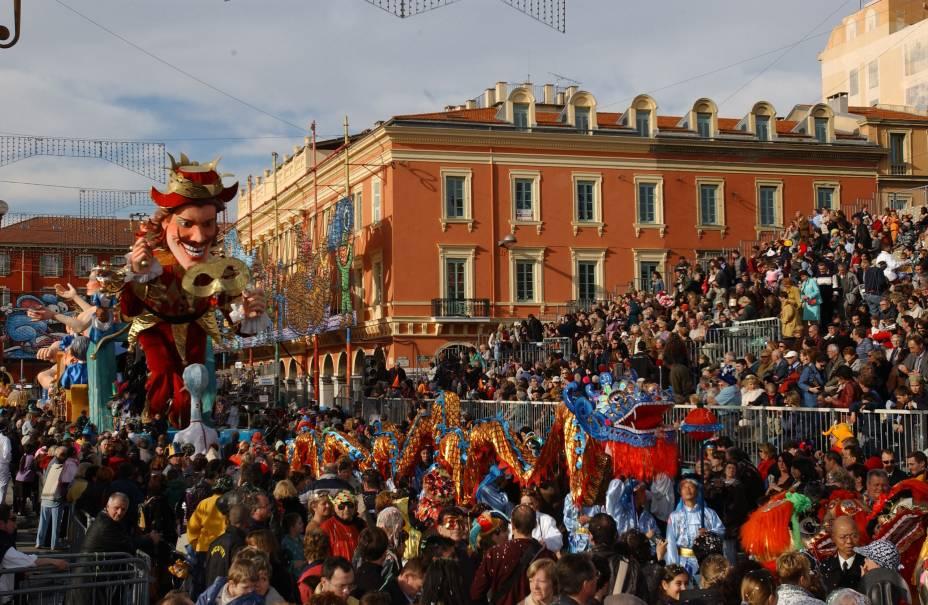 O passeio que se estende até os portões de Nice e que se chama Promenade des Anglais é o endereço dos famosos desfiles de carnaval.  Carros alegóricos, músicos e dançarinos atraem multidões