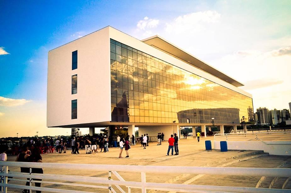 O Centro Cultural Oscar Niemeyer foi projetado pelo arquiteto e sedia eventos durante todo o ano