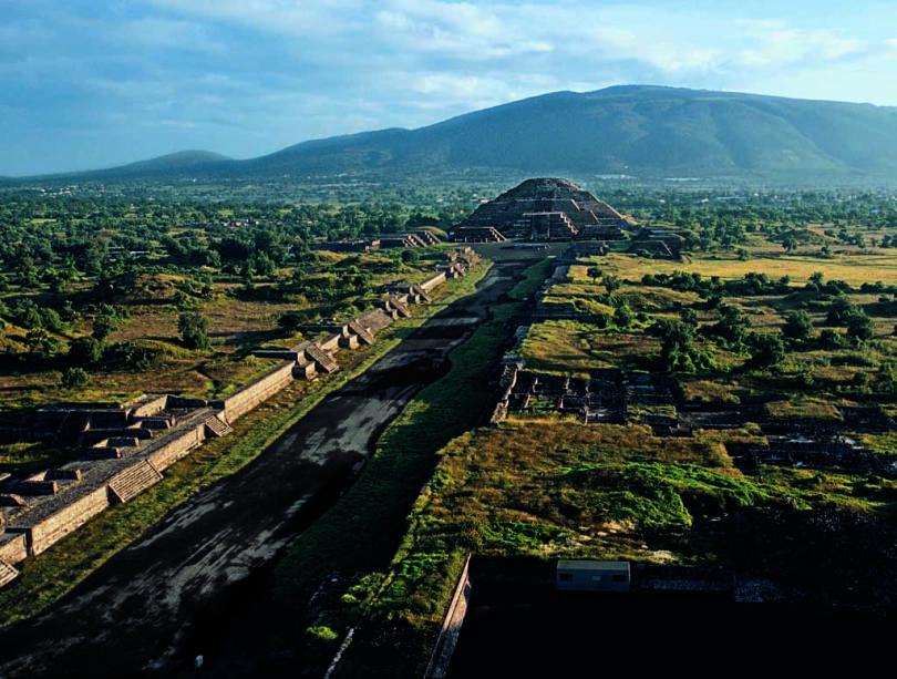 A Rua dos Mortos atravessa o centro cerimonial de Teotihuacan e termina na Pirâmide Lunar, plataforma de rituais e sacrifícios públicos, cuja forma imita a de uma montanha.