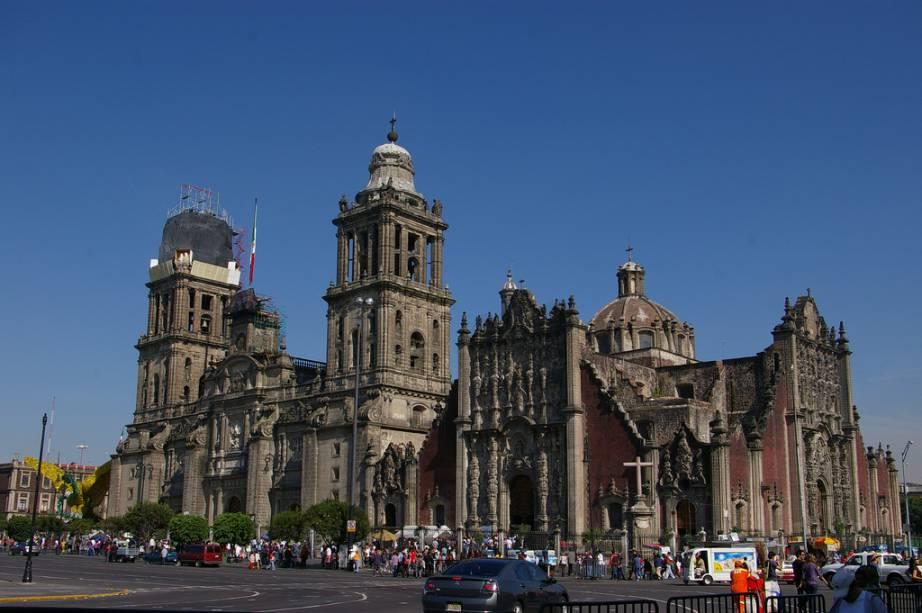 A fachada barroca da Catedral Metropolitana é dominada por torres gêmeas construídas no século 18