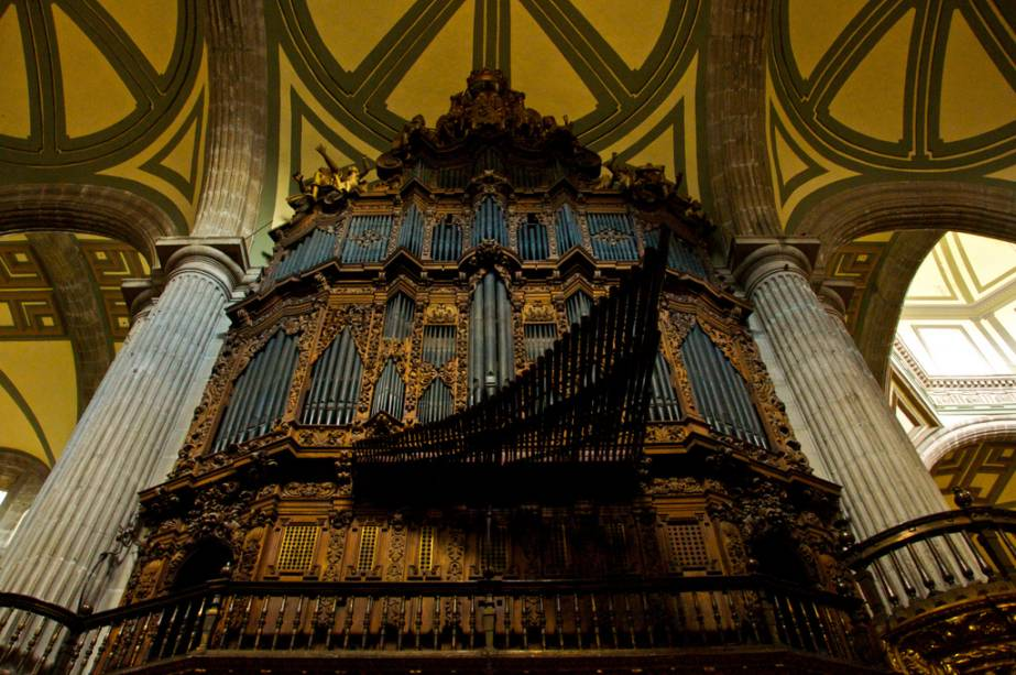 Com fachada barroca e interior ricamente decorado, o grande órgão é um dos destaques da catedral