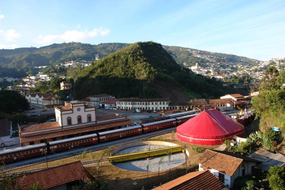 """OU""""http://viajeaqui.abril.com.br/estabelecimentos/br-mg-mariana-atracao-passeio-de-trem-ate-ouro-preto"""" rel =""""Visita de Maria Rauch""""> Maria Rauch Tour começa em""""http://viajeaqui.abril.com.br/cidades/br-mg-mariana"""" rel =""""Mariana""""> Mariana, atravessa montanhas, desfiladeiros, rios e cachoeiras e chega""""http://viajeaqui.abril.com.br/cidades/br-mg-ouro-preto"""" rel =""""Ouro Preto""""> Ouro Preto em cerca de uma hora"""" class=""""lazyload"""" data-pin-nopin=""""true""""/></div> <p class="""