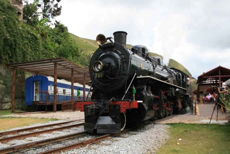 """OU""""http://viajeaqui.abril.com.br/estabelecimentos/br-mg-mariana-atracao-passeio-de-trem-ate-ouro-preto"""" rel =""""Viagem de trem de Mariana a Ouro Preto""""> A viagem de trem de Mariana a Ouro Preto leva cerca de 18 quilômetros em cerca de uma hora.  Para  montanhas, desfiladeiros, rios e cachoeiras como o Tombadouro, fique à esquerda"""" class=""""lazyload"""" data-pin-nopin=""""true""""/></div> <p class="""
